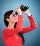 Menina que olha através dos binóculos foto de stock royalty free