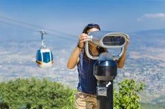 Menina que olha binocular a fichas Foto de Stock Royalty Free