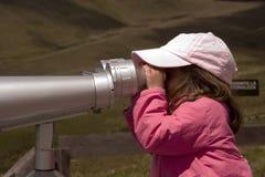 Menina que olha com binóculos Fotografia de Stock