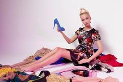 Menina que olha como a boneca de Barbie imagens de stock