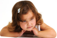 Menina que olha e que sorri enquanto inclinando-se sobre Foto de Stock