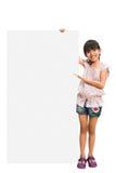 Menina que olha fora da folha em branco Fotografia de Stock