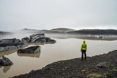 Menina que olha a lagoa da geleira perto de Skaftafell Imagens de Stock Royalty Free