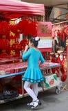 Menina que olha a lanterna do chinês do motivo do corte do papel chinês Fotografia de Stock Royalty Free