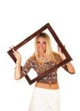 Menina que olha a moldura para retrato da calha. fotografia de stock royalty free