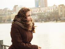 Menina que olha na distância com o sity na parte traseira Fotografia de Stock