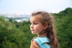Menina que olha na distância, paisagem, altura, cidade, parque Imagens de Stock Royalty Free