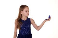 Menina que olha no espelho fotos de stock royalty free