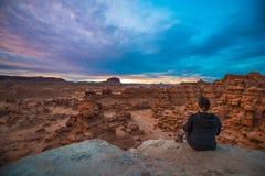 Menina que olha o céu do por do sol sobre o vale do diabrete Fotografia de Stock