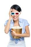 Menina que olha o filme 3D com pipoca Foto de Stock Royalty Free