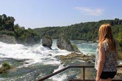 A menina que olha o Rhine cai em Switzerland Fotografia de Stock Royalty Free