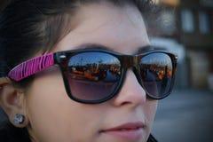 Menina que olha os barcos alaranjados Imagens de Stock Royalty Free