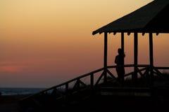 Menina que olha para fora ao mar Fotografia de Stock Royalty Free
