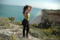 Menina que olha para fora sobre a praia Imagem de Stock
