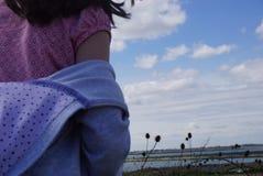 Menina que olha para fora a uma reserva natural de atrás Fotos de Stock