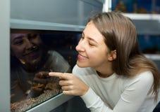 Menina que olha peixes tropicais Fotos de Stock