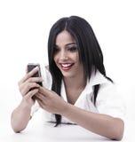Menina que olha seu telefone de pilha Imagens de Stock