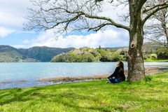 Menina que olha sobre o lago nas montanhas, Açores Sete Cidades, Portugal fotos de stock