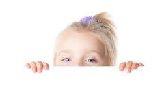 Menina que olha sobre a placa vazia Fotos de Stock Royalty Free