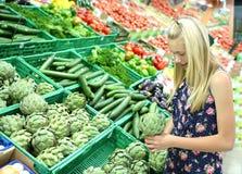 Menina que olha vegetais Imagem de Stock Royalty Free