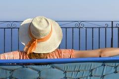Menina que olha a vista proeminente no horizonte no ponto de vista dourado da raposa em Corfu Grécia Imagens de Stock Royalty Free