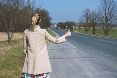 Menina que para o carro na estrada imagens de stock royalty free