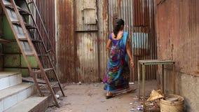 Menina que passa através de um pátio vazio em Mumbai video estoque