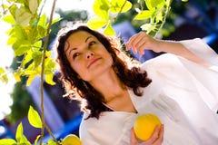 Menina que pegara a fruta fresca fotografia de stock royalty free