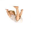 Menina que pendura upside-down fotografia de stock