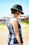 Menina que pensa na praia Fotos de Stock