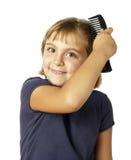 Menina que penteia o cabelo Imagem de Stock