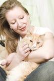 Menina que petting o gato Imagem de Stock Royalty Free