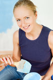 Menina que pinta as paredes Foto de Stock Royalty Free