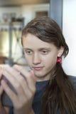 Menina que playiing com móbil Foto de Stock