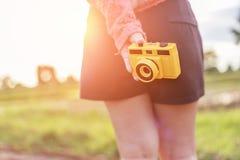 Menina que prende a câmera retro fotos de stock royalty free