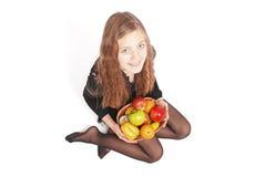 Menina que prende frutas frescas Fotografia de Stock Royalty Free