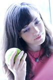 Menina que prende a maçã verde Fotos de Stock