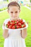 Menina que prende morangos frescas Fotografia de Stock Royalty Free