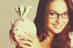 Menina que prende o banco Piggy foto de stock