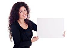 Menina que prende o cartão em branco imagem de stock royalty free