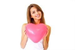 Menina que prende o coração decorativo fotografia de stock royalty free