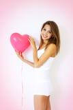 Menina que prende o coração decorativo imagens de stock royalty free
