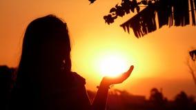 Menina que prende o Sun Fotografia de Stock Royalty Free