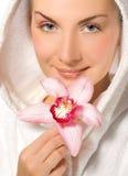 Menina que prende a orquídea cor-de-rosa foto de stock royalty free