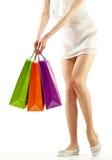 Menina que prende os sacos de papel da compra colorido Imagem de Stock