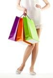 Menina que prende os sacos de papel da compra colorido Imagens de Stock Royalty Free
