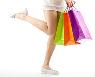 Menina que prende os sacos de papel da compra colorido Fotografia de Stock