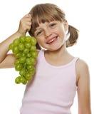 Menina que prende um grupo de uvas para vinho verdes Fotografia de Stock Royalty Free