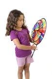 Menina que prende um pinwheel fotografia de stock royalty free