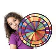 Menina que prende um pinwheel imagens de stock royalty free